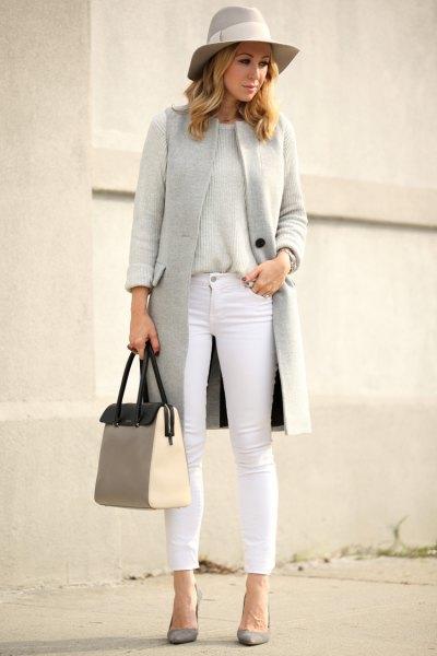 grå floppy hatt med matchande väst och vita, beskurna jeans