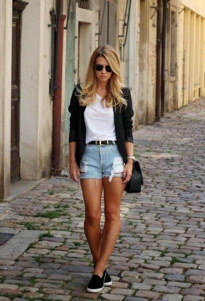 vit t-shirt med svart kavaj och korta shorts