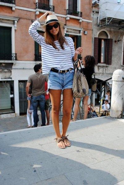 vit och svart randig långärmad T-shirt med avskurna jeansshorts