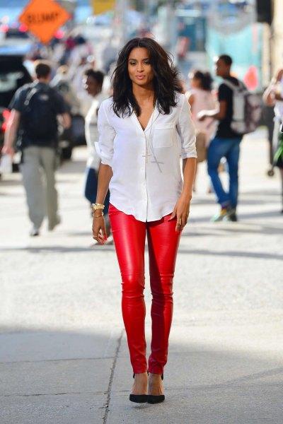vit skjorta med knappar och röda, smala läderbyxor