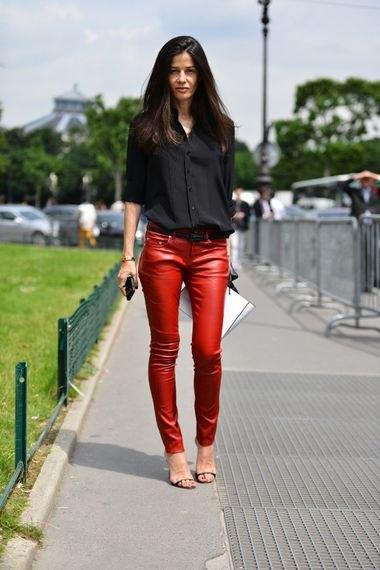 svart skjorta med knappar och röda, smala läderbyxor