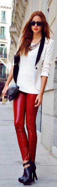 vit tröja med skräddarsydda kavajer och läderjackor