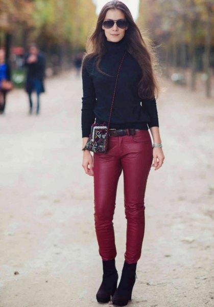 svart turtleneck med röda, smala läderbyxor