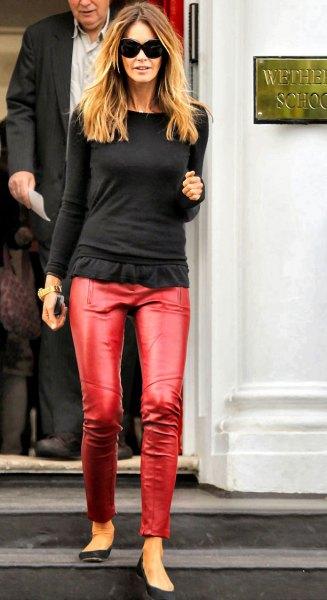 svart, långärmad, figur-kramande T-shirt med volanger och röda byxor