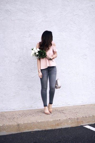 Ljusrosa topp med kall axel och grå skinny jeans