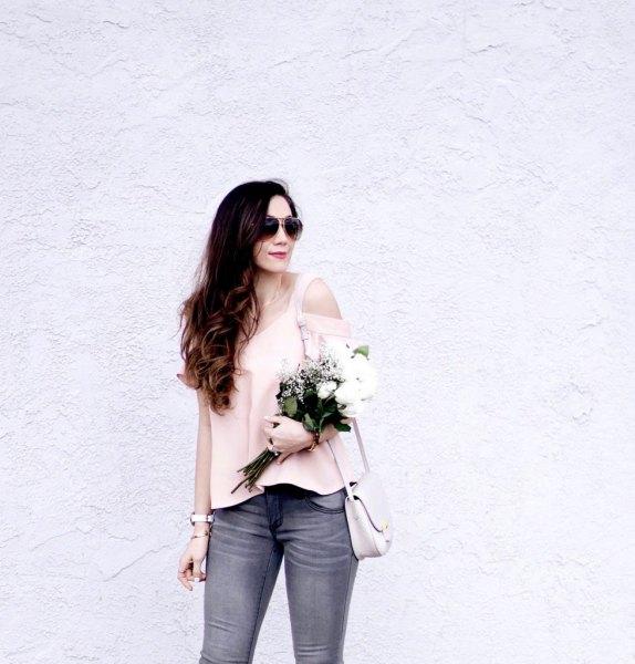 Ljusrosa topp med grå skinny jeans och rosa guldkattunge klackar