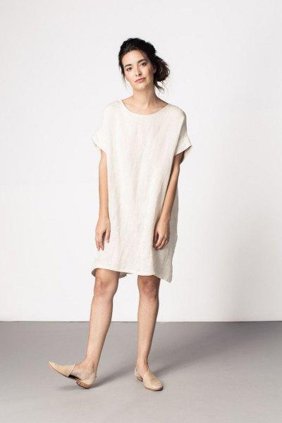 vit tunikaklänning med ljusrosa läderlägenheter