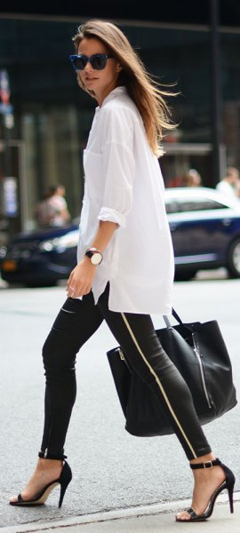 överdimensionerad vit skjorta med svarta läder leggings med dragkedja
