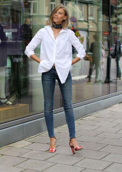 vit skjorta med svart krage och smala jeans