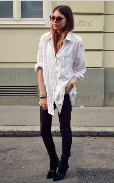 vit linne oversize skjorta med knappar och svarta skinny jeans