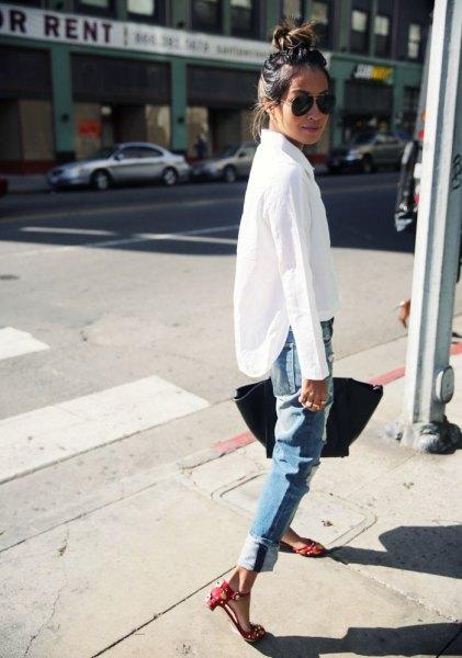 vit skjorta med knappar och jeans med blå snitt