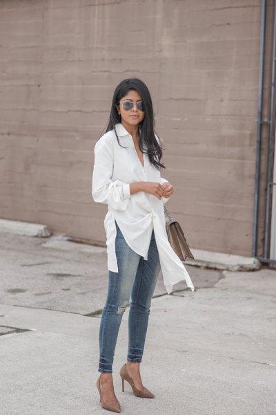 vit tunikatröja med grå skinny jeans och klackar