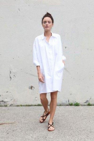 vit tunikaskjortklänning med knappar och svarta platta sandaler