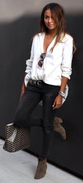 knäppt linneskjorta med svarta skinny jeans och ankelstövlar