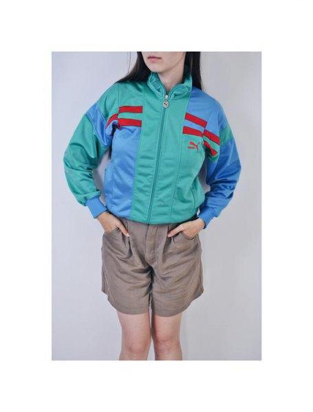 grå och ljusblå Puma vindjacka med ljusgröna mini-flytande shorts