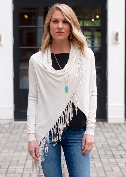 vita t-jeans med vit fransomslag