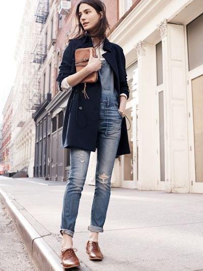 svart longline-kavaj med gråblå skinny jeans med muddar och bruna oxfordskor
