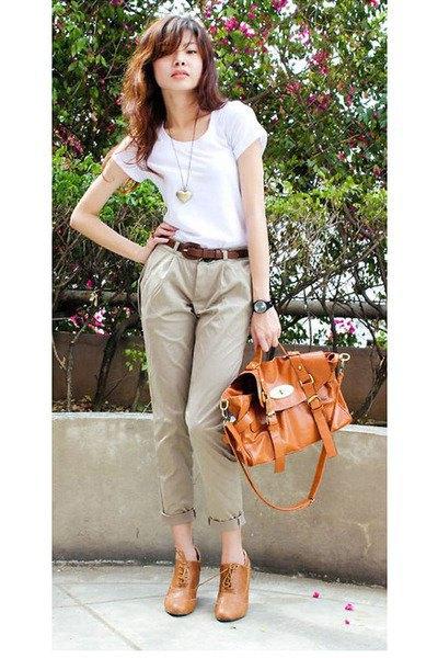 vit t-shirt med ljusbruna chinos med manschetter