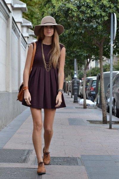 svart ärmlös, suddig miniklänning med bruna oxfordskor