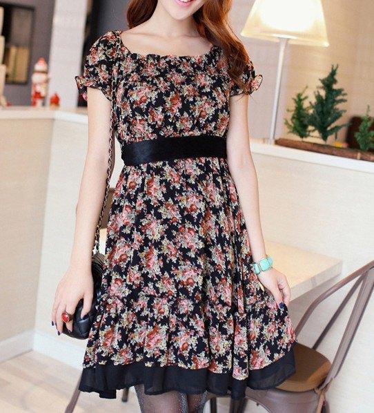 knälång klänning med rosa och svart bälte och blommönster