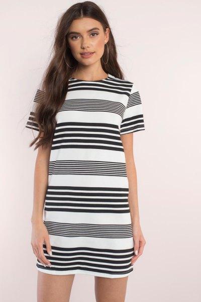 svartvitt slumpmässigt randigt kortärmad miniklänning