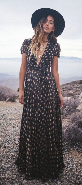 Svart och rodnad maxikortärmad klänning med V-ringning och V-ringning