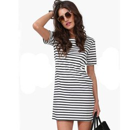 svartvit randig kortärmad miniklänning