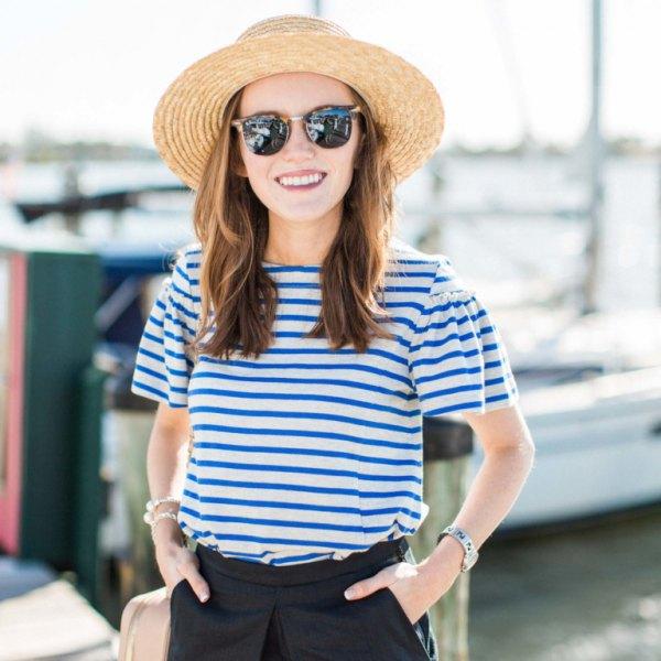 blå och vit randig t-shirt stråhatt