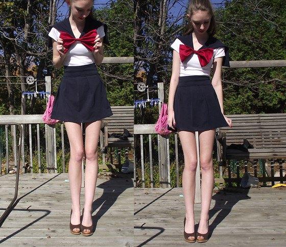 stor röd rosett svarta utsvängda mini shorts