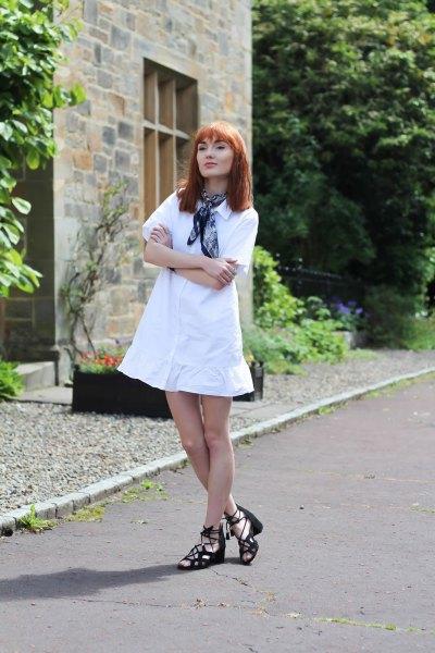 vit utsvängd mini klänning marinblå silke rosett halsduk klänning