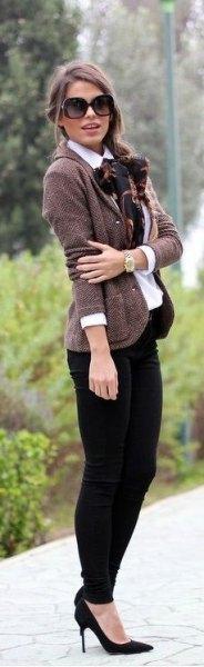 Tweed-jacka med knäppning och skjorta med silkebåge