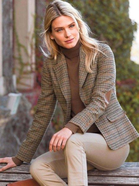 Tweed blazer grön hög hals tröja beige kostym byxor
