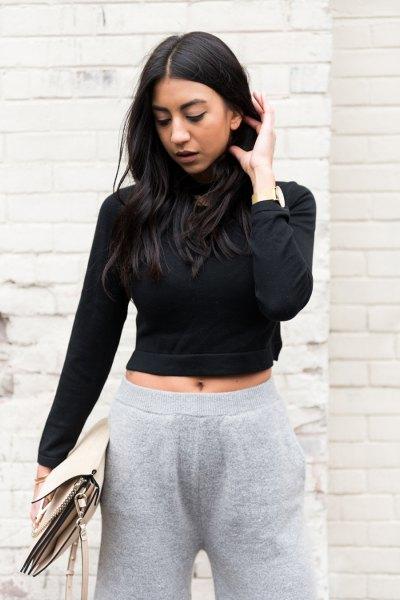 svart, kortklädd turtleneck med grå stickade byxor med vida ben