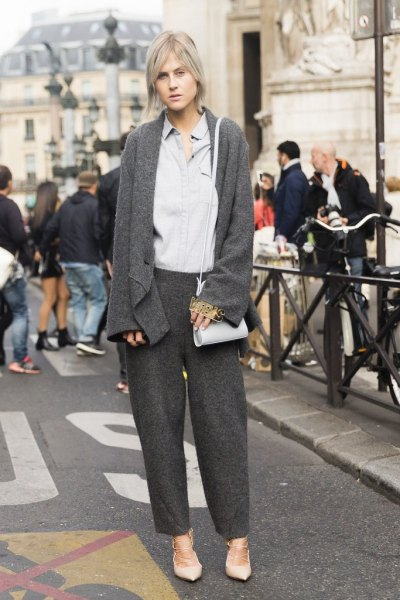 grå kofta med matchande byxor och ljusblå skjorta