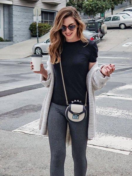 ljusgrå longline-kofta med svart t-shirt och stickad byxa