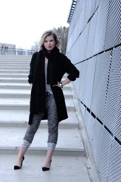 svart lång ullrock med fläckiga, kortklippta stickade byxor