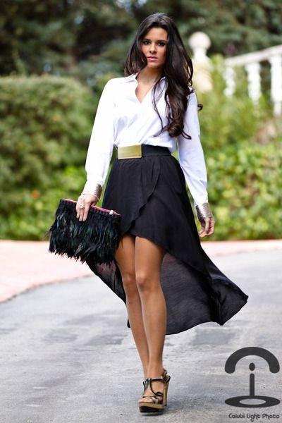vit skjorta med knappar svart utsvängd hög låg kjol
