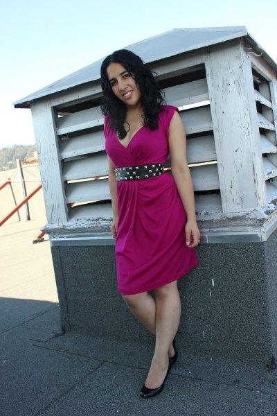 rosa ärmlös knälång mantelsklänning med svart prickigt bälte