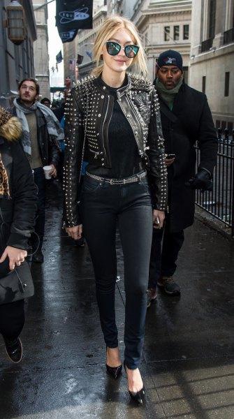 svart skinnjacka med nitar, matchande bälte och smala jeans