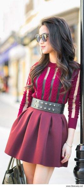 lila halvtransparent miniklänning med ett brett svart knäppt bälte