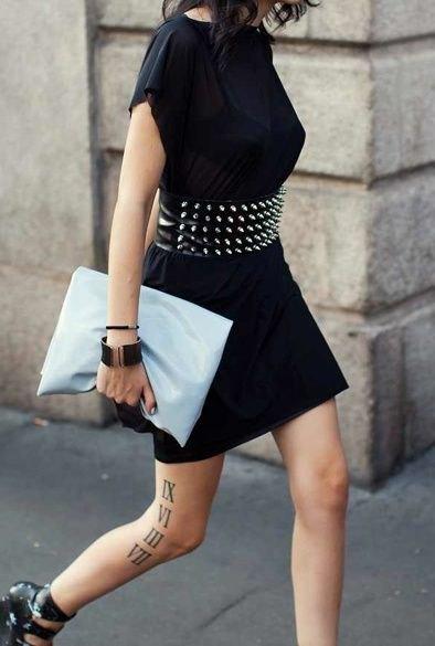 brett bälte med nitar och svart t-shirtklänning