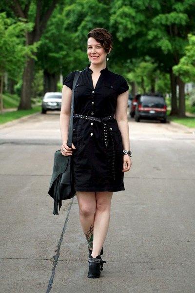 svart skjortklänning med bälte och korta stövlar