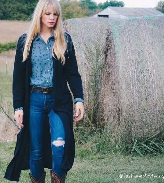 svart maxikofta med lila skjorta och blå jeans