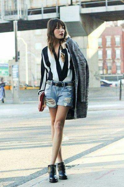 svartvit randig blus med jeansshorts
