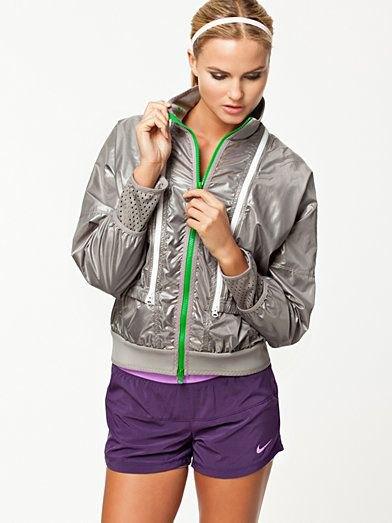 grå vadderad nylonjacka med lila träningsbyxor