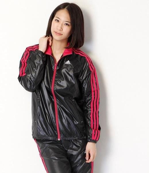 svart och röd randig nylon sportjacka med matchande joggbyxor