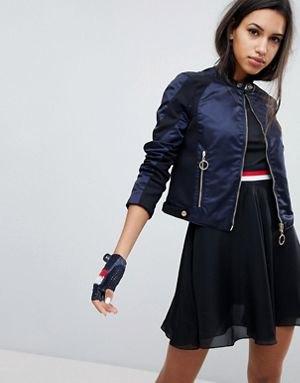 svart bomullsjacka i nylon med crop top och mini-skater chiffong kjol