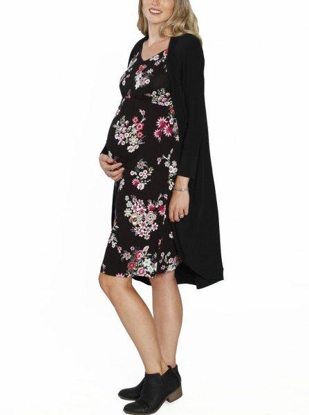 svart lång kofta med tryckt knälång klänning