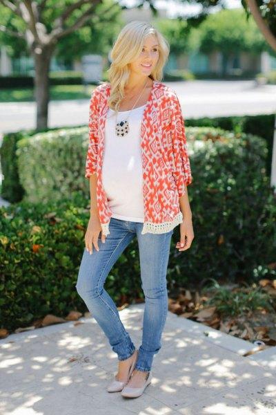 orange och vit moderkofta med stamtryck och blå slim fit-jeans