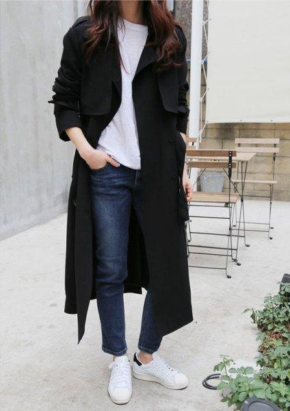 Maxi lång svart kappa med tröja och vita sneakers